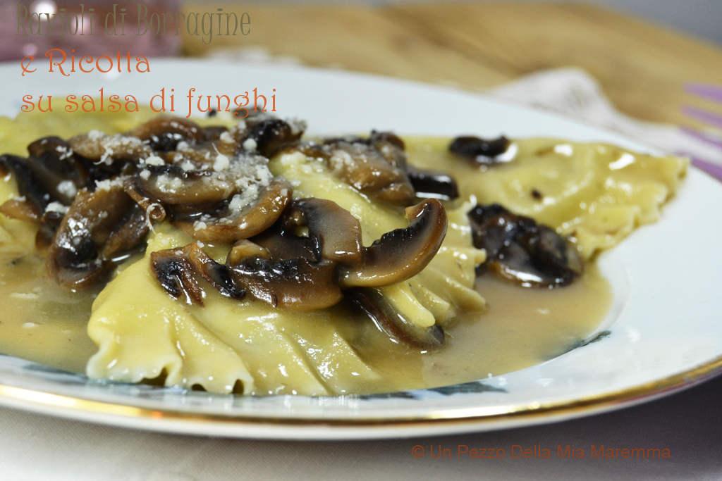 Ravioli Di Borragine E Ricotta Su Salsa Di Funghi