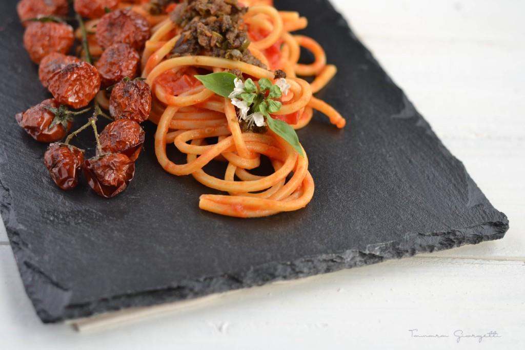 spaghetto quadrato, alici, capperi, olive