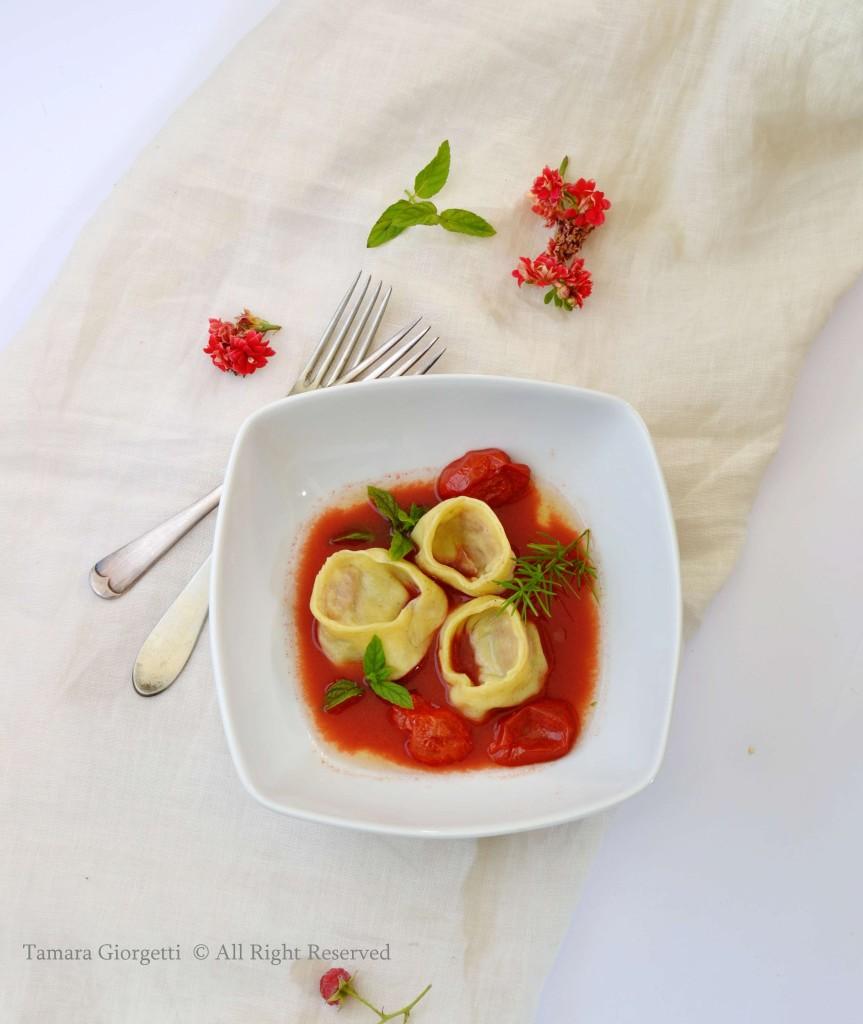 raviolo con acqua di pomodoro