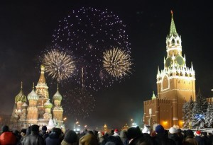 MOS02 - 20030101 - MOSCOW, RUSSIAN FEDERATION : Muscovites watch the new year firework on the Red Square in Moscow, 01 January 2003. Thousands of people gathered downtown Moscow despite terrible frost near minus 25 centigrade. EPA PHOTO / SERGEI CHIRIKOV