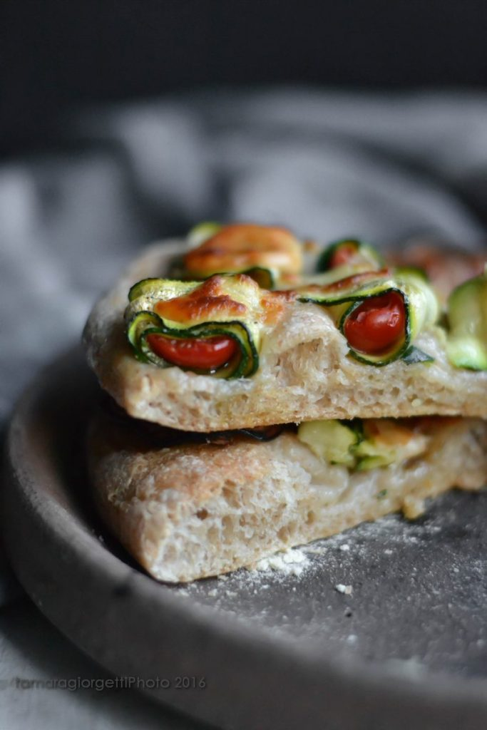 pizza zucchine, pomodorini e provola
