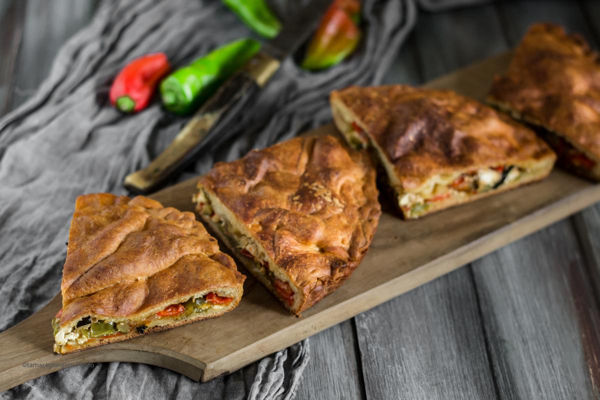 Pizza Ripiena Di Zucchine, Cipolle, Peperoni E Feta