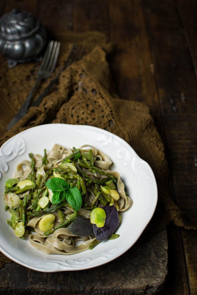 Fettuccine all'aglio nero ed erbe spontanee
