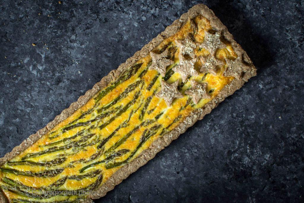 tarte agli asparagi e farina di teff