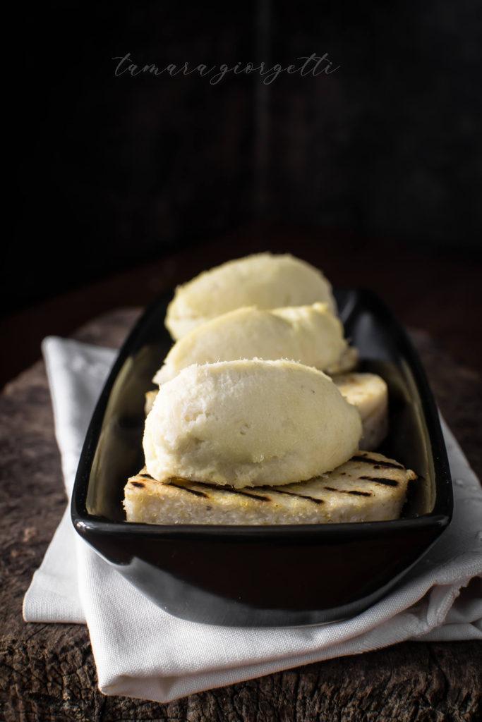 Baccalà mantecato su crostoni di polenta biancoperla