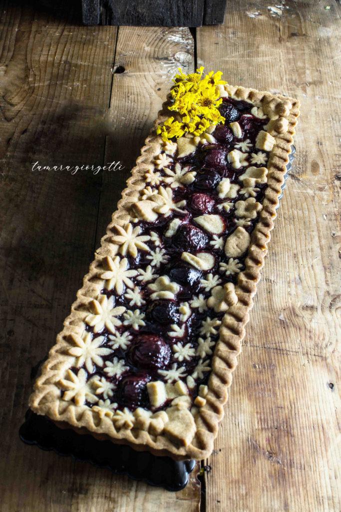 crostata con confettura di visciole e ciliegie fresche