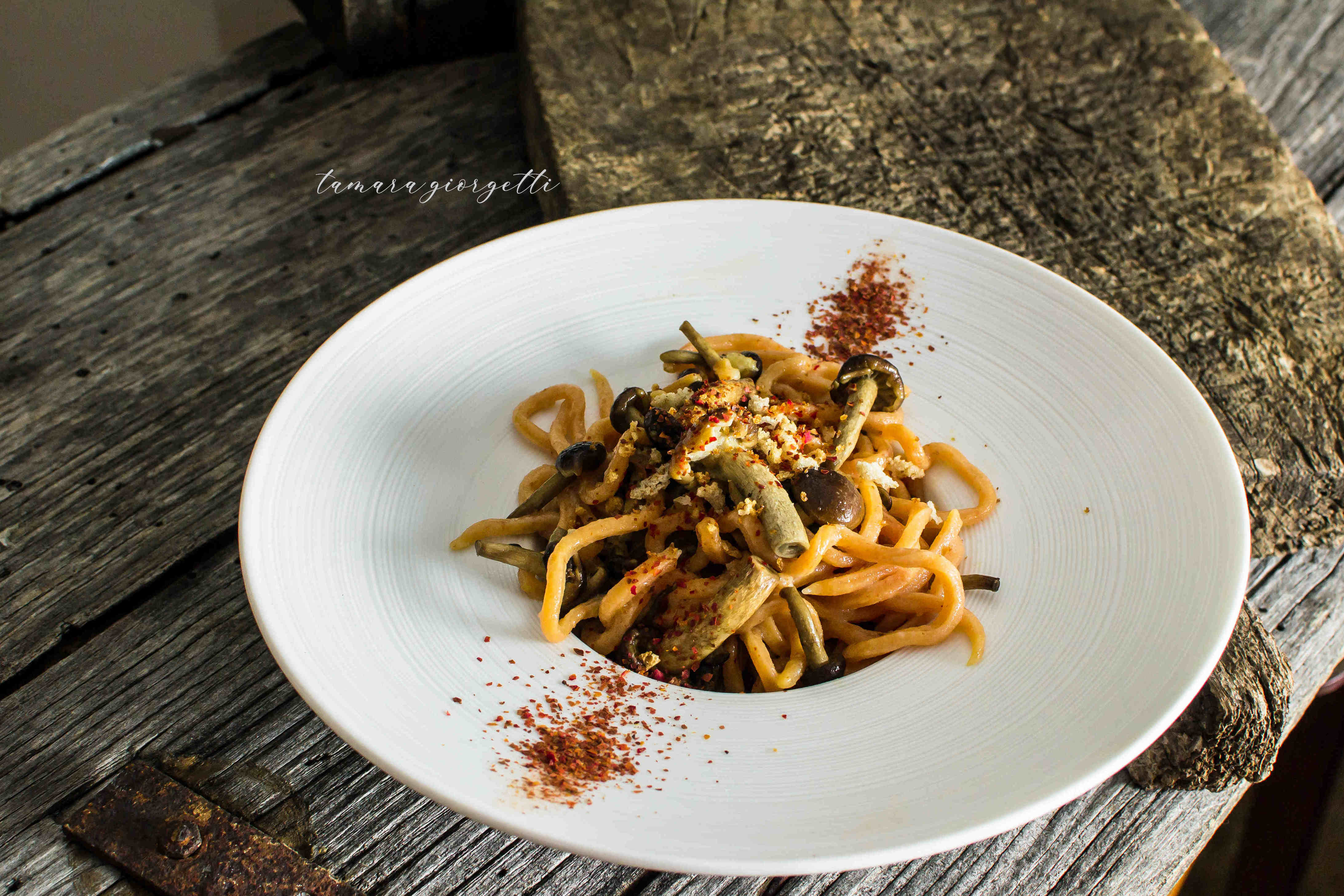 Spaghetti Alla Chitarra Con Acqua Di Pomodoro Con Funghi