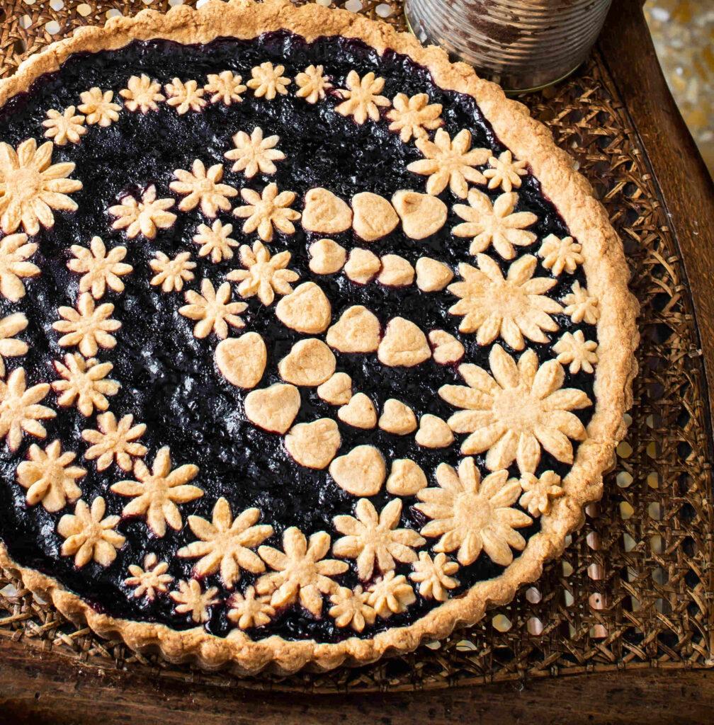 Crostata decorata con confettura di mirtilli neri