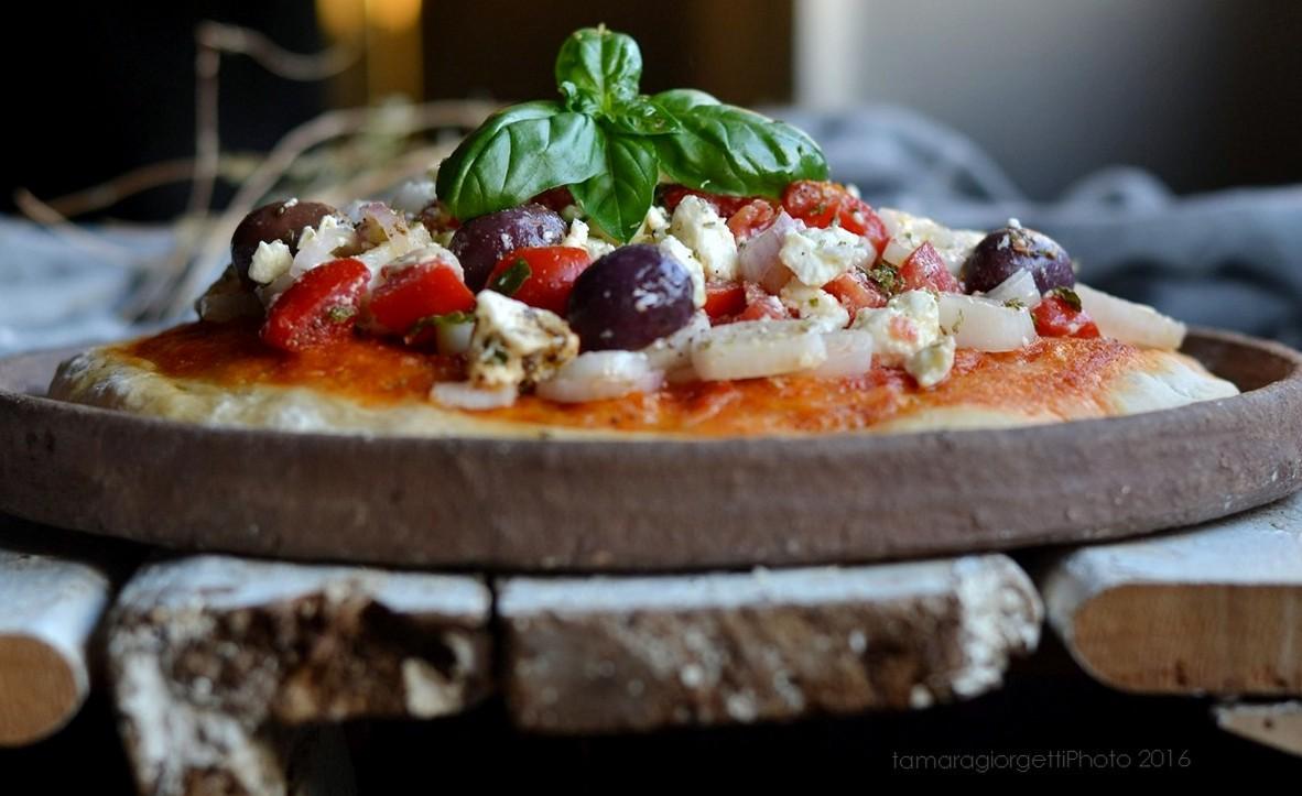 Pizza Al Piatto Con L'insalata Greca