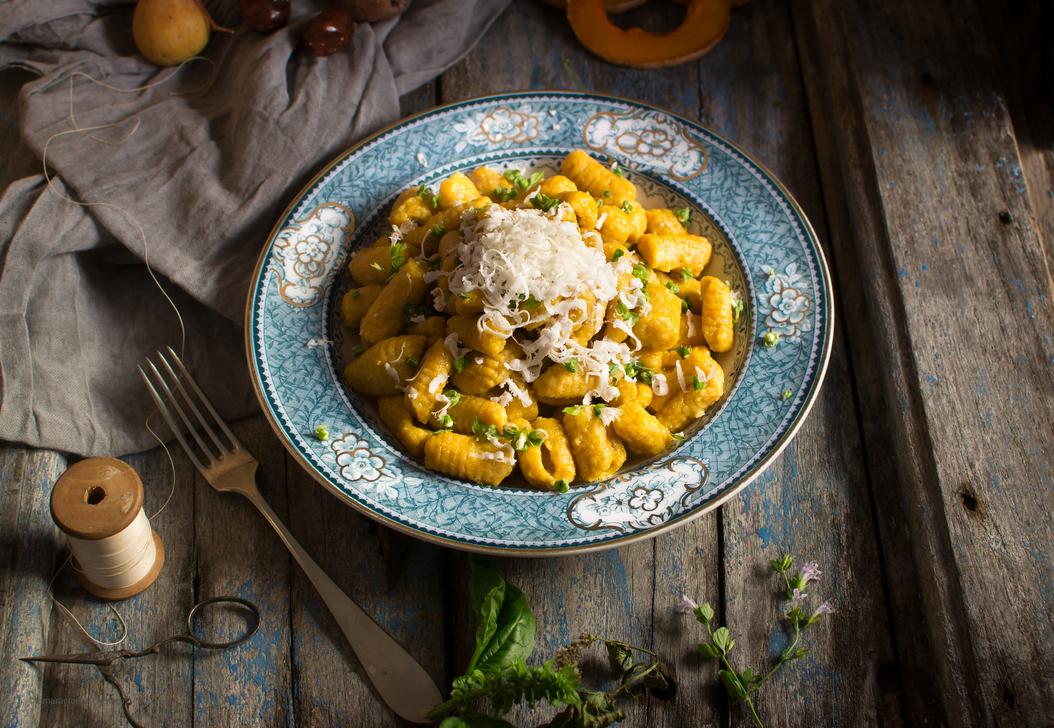 Gnocchi Di Patate E Zucca Su Fonduta Di Parmigiano